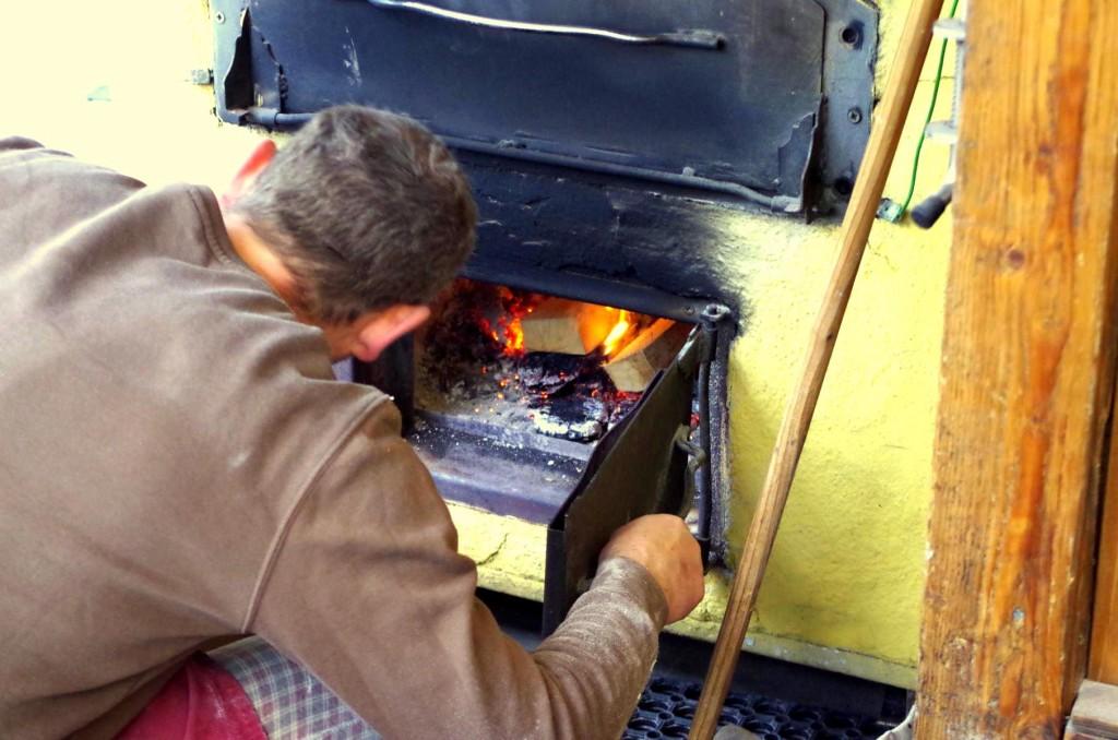 Zu aller erst sollte der Ofen eingeheizt werden, Dinnete  benötigen eine besonders starke Hitze von mindestens 450°C