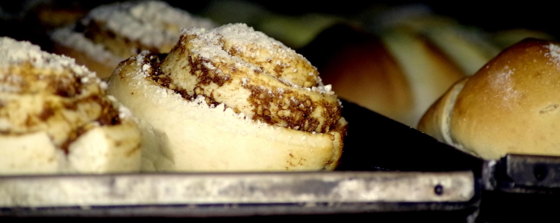 Nußschnecke, auf einem Heißen Blech im geöffnetem Holzofen